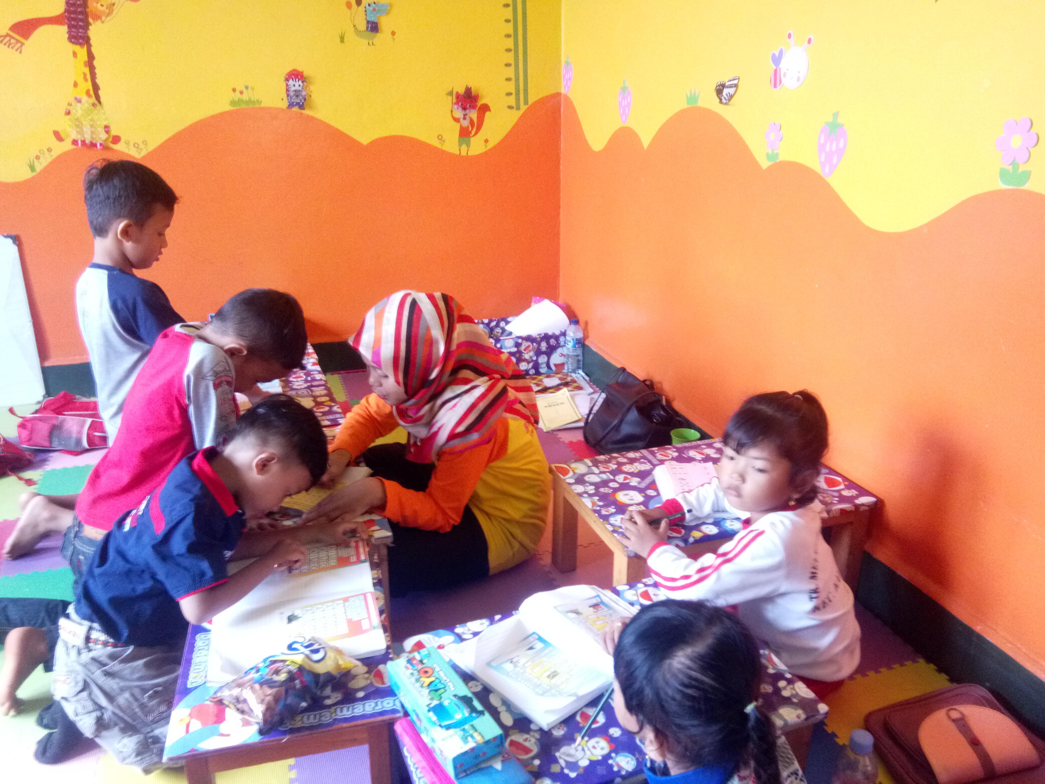 BIMBINGAN BELAJAR Sejumlah anak mengikuti bimbingan belajar di Yayasan PAUD Bimbam Kalijati INDRAWAN PASUNDAN EKSPRES